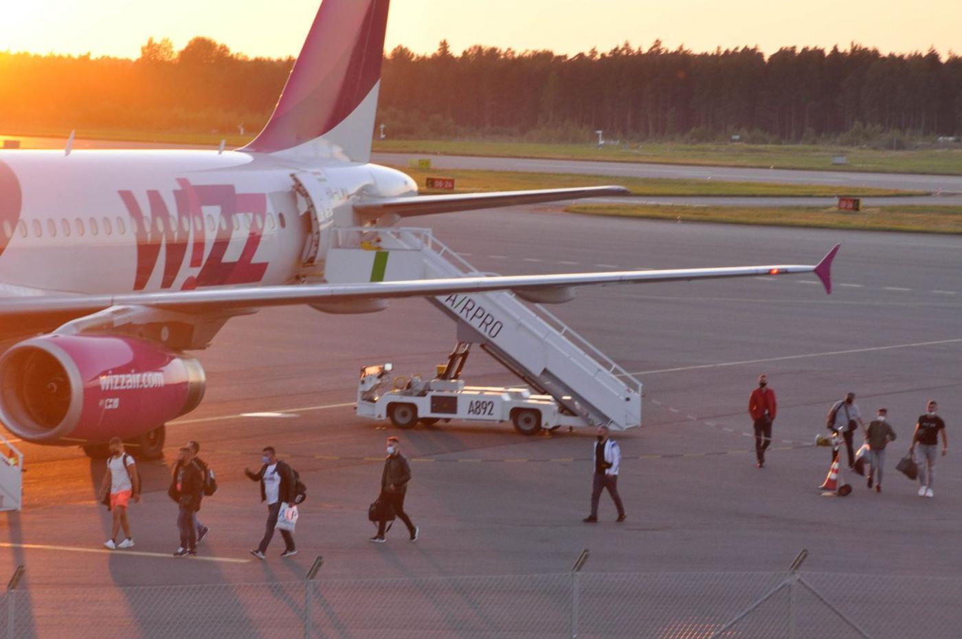 Ett flygplan på ett flygfält.