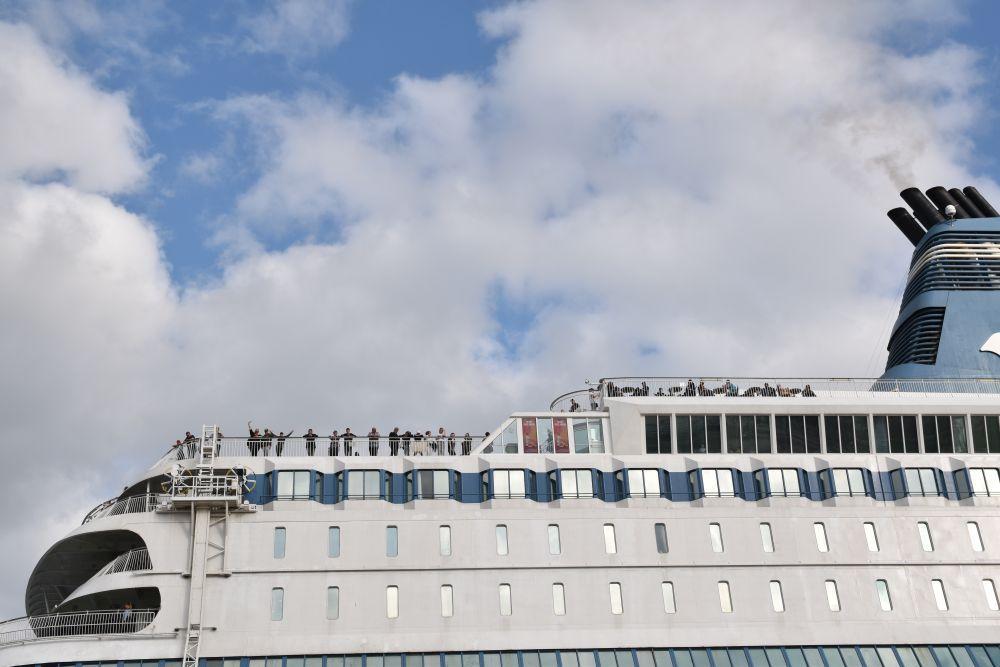 Ett kryssningsfartyg mot halvmulen himmel.