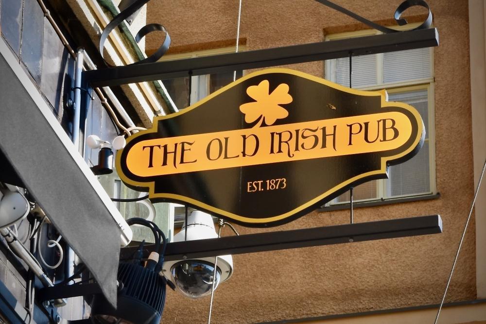 skylt hänger vid pubdörr