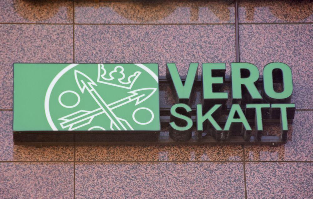 Skatteverkets logga på utsidan av en byggnad.