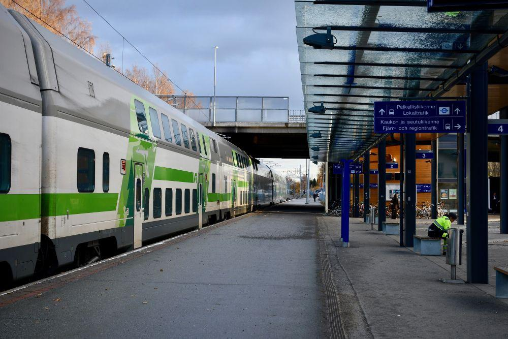 En tågstation med tåg vid perrongen.
