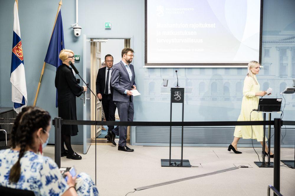 Tre ministrar vandrar in till presskonferens